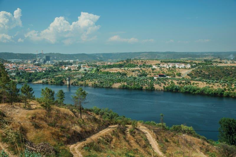 Κοιλάδα με τον ευρύ ποταμό Tejo και βιομηχανία στον ορίζοντα στοκ εικόνα