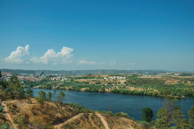 Κοιλάδα με τον ευρύ ποταμό Tejo και βιομηχανία στον ορίζοντα στοκ εικόνα με δικαίωμα ελεύθερης χρήσης
