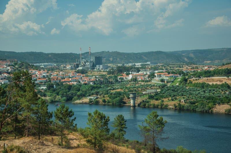 Κοιλάδα με τον ευρύ ποταμό Tejo και βιομηχανία στον ορίζοντα στοκ εικόνες με δικαίωμα ελεύθερης χρήσης