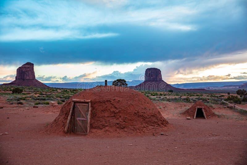Κοιλάδα μνημείων, χαρακτηριστικά σπίτια Ναβάχο στα Αριζόνα-Γιούτα σύνορα, ΗΠΑ στοκ φωτογραφίες