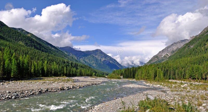 κοιλάδα ποταμών βουνών στοκ εικόνα