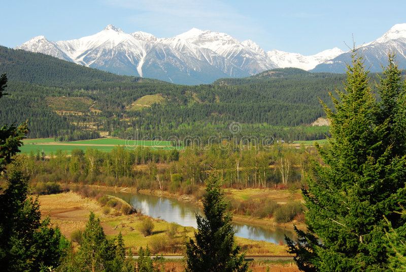 κοιλάδα ποταμών βουνών στοκ εικόνα με δικαίωμα ελεύθερης χρήσης