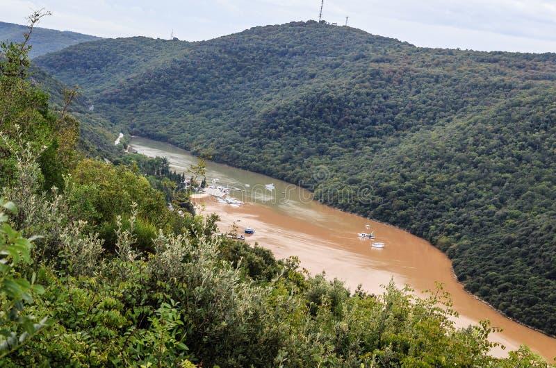 κοιλάδα ποταμών με διάφορες μικρές βάρκες στοκ εικόνες με δικαίωμα ελεύθερης χρήσης