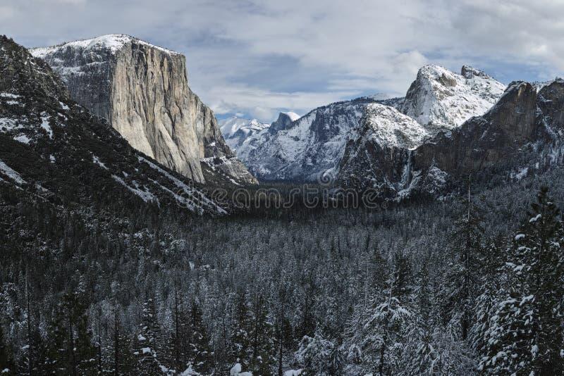 Κοιλάδα Yosemite από την όψη σηράγγων στοκ φωτογραφία με δικαίωμα ελεύθερης χρήσης