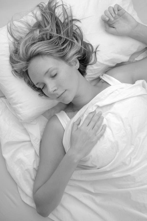 κοιμισμένη μονο γυναίκα στοκ εικόνα