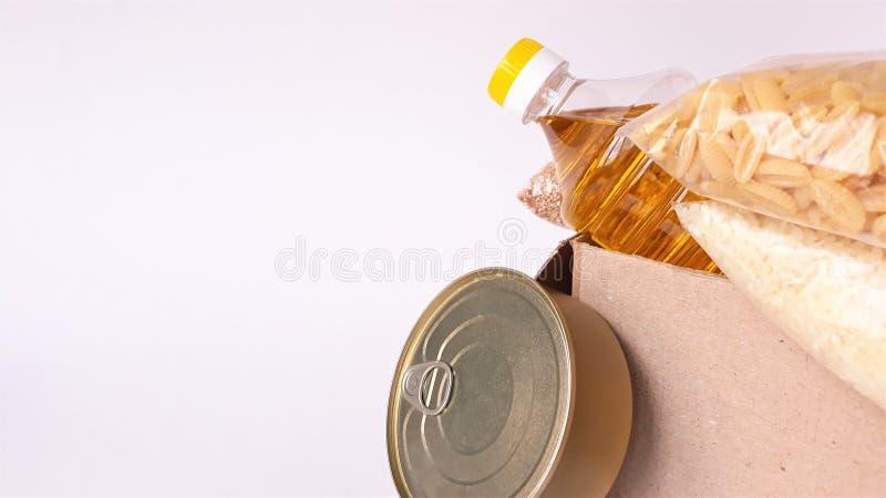 Κοινή χρήση της έννοιας της διατροφής Παράδοση προϊόντων κουτί δωρεάς Εθελοντής συλλογή τροφίμων Πανδημία του Coronavirus κοντινή στοκ φωτογραφία με δικαίωμα ελεύθερης χρήσης