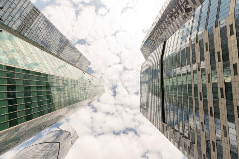 Κοινοί σύγχρονοι επιχειρησιακοί ουρανοξύστες, πολυκατοικίες, αρχιτεκτονική που αυξάνουν στον ουρανό, ήλιος Έννοιες οικονομικού, ο στοκ φωτογραφίες