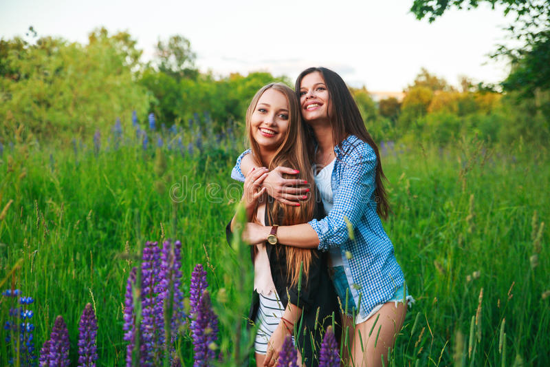 Κοινοτική έννοια ευτυχίας φιλίας φίλων Δύο χαμογελώντας φίλοι που αγκαλιάζουν υπαίθρια στοκ εικόνα με δικαίωμα ελεύθερης χρήσης