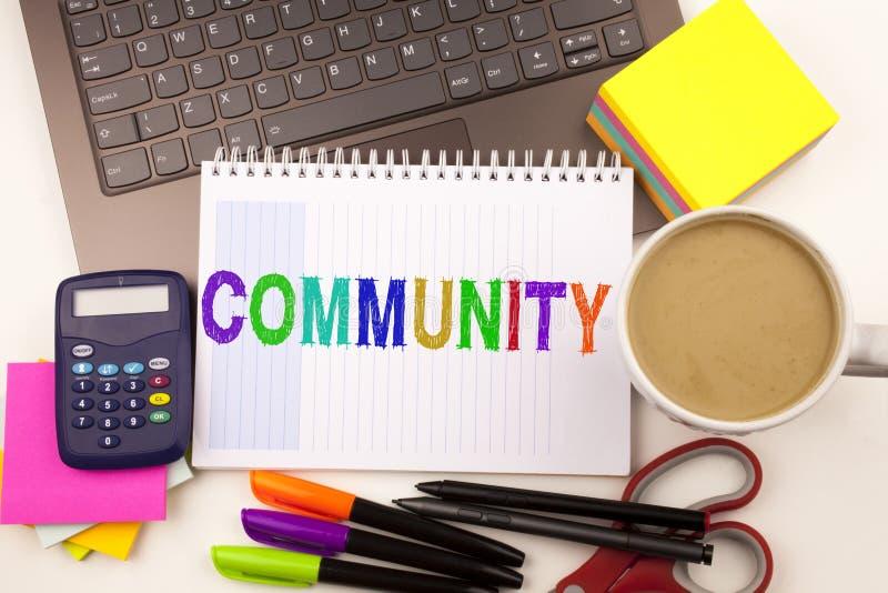 Κοινοτικό κείμενο στο γραφείο με τα περίχωρα όπως το lap-top, δείκτης, μάνδρα, χαρτικά, καφές Επιχειρησιακή έννοια για την ενότητ στοκ εικόνες