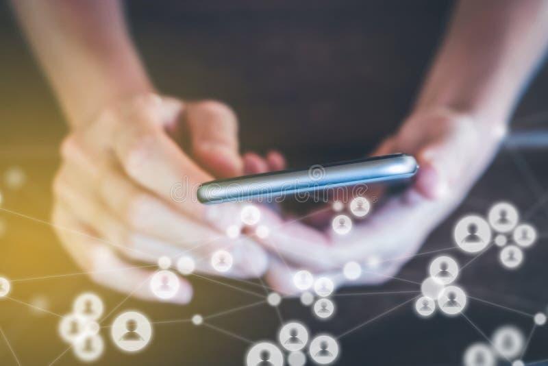Κοινωνικά εικονίδια μέσων στο κινητό τηλέφωνο - κορίτσι με το smartphone και στοκ εικόνες