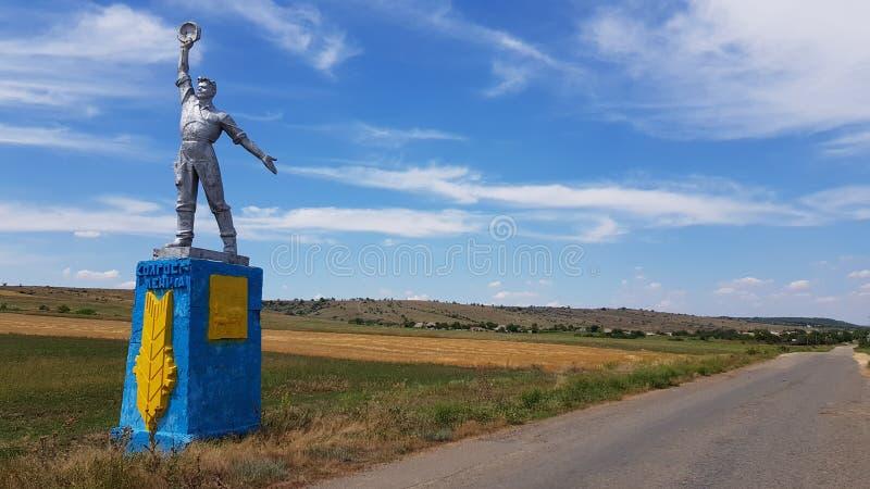 Κοινωνικό μνημείο ρεαλισμού στην επαρχία της Οδησσός της Ουκρανίας Μνημειακό γλυπτό του κοινωνικός-ρεαλισμού με το υπόβαθρο σύννε στοκ εικόνα με δικαίωμα ελεύθερης χρήσης