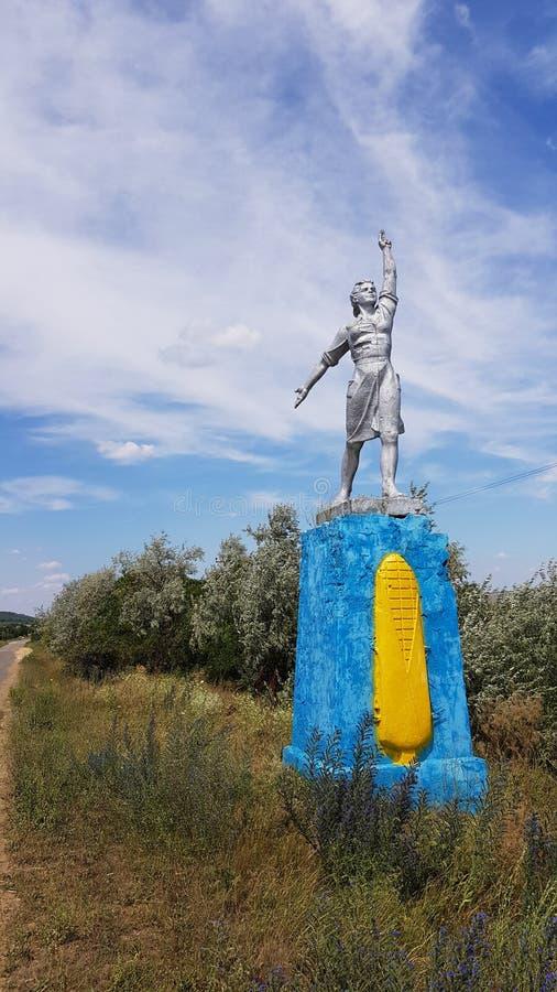 Κοινωνικό μνημείο ρεαλισμού στην επαρχία της Οδησσός της Ουκρανίας Μνημειακό γλυπτό του κοινωνικός-ρεαλισμού με το υπόβαθρο σύννε στοκ εικόνες με δικαίωμα ελεύθερης χρήσης