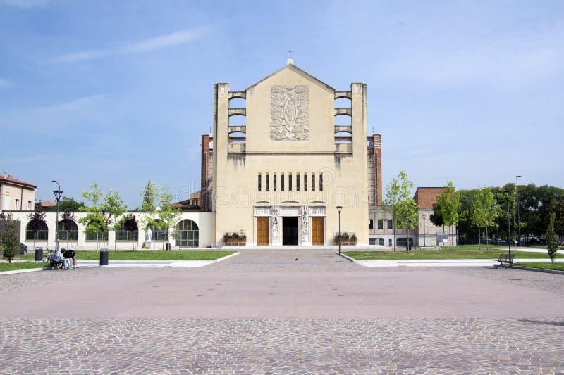 Κοινότητα της αμόλυντης καρδιάς της Mary - του votivo Tempio, ενδιαφέρουσα εκκλησία κοντά στο σιδηροδρομικό σταθμό στοκ εικόνα με δικαίωμα ελεύθερης χρήσης