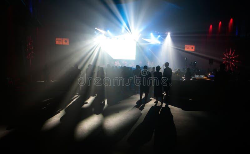 Κοινό κάτω από τα σκηνικά φω'τα κατά τη διάρκεια μιας επίδειξης στο φεστιβάλ σόναρ στη Βαρκελώνη στοκ εικόνες