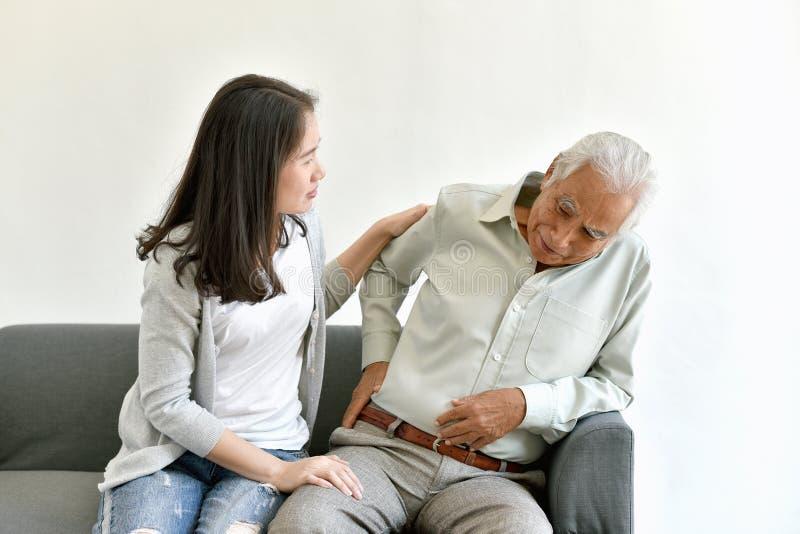 Κοινό πρόβλημα πόνου αρθρίτιδας στον ηληκιωμένο, ηλικιωμένο ασιατικό άτομο με το χέρι στη χειρονομία ισχίων στοκ εικόνα με δικαίωμα ελεύθερης χρήσης