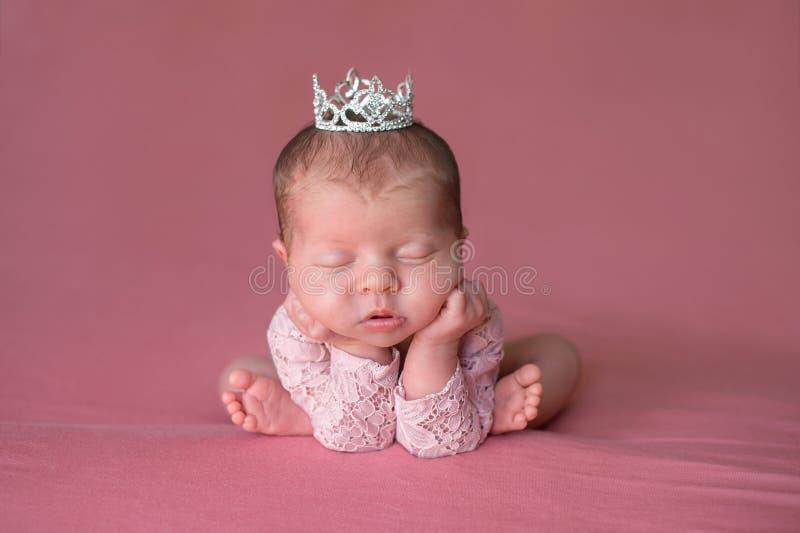 Κοισμένος νεογέννητο κοριτσάκι που φορά μια τιάρα στοκ εικόνα με δικαίωμα ελεύθερης χρήσης