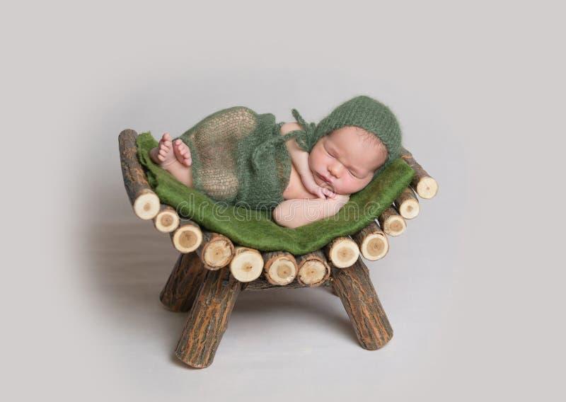 Κοισμένος νεογέννητο μωρό στο ξύλινο παχνί στοκ φωτογραφία με δικαίωμα ελεύθερης χρήσης