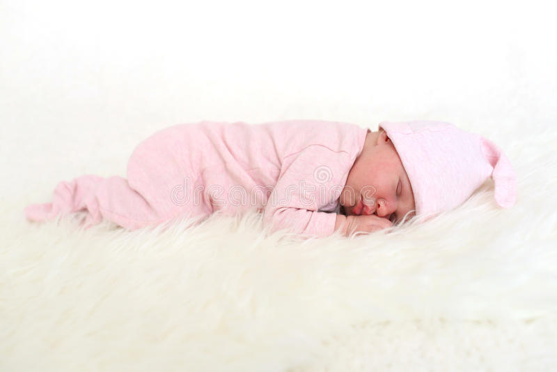 Κοισμένος στο στομάχι το νεογέννητο κοριτσάκι 9 ημερών στοκ εικόνες