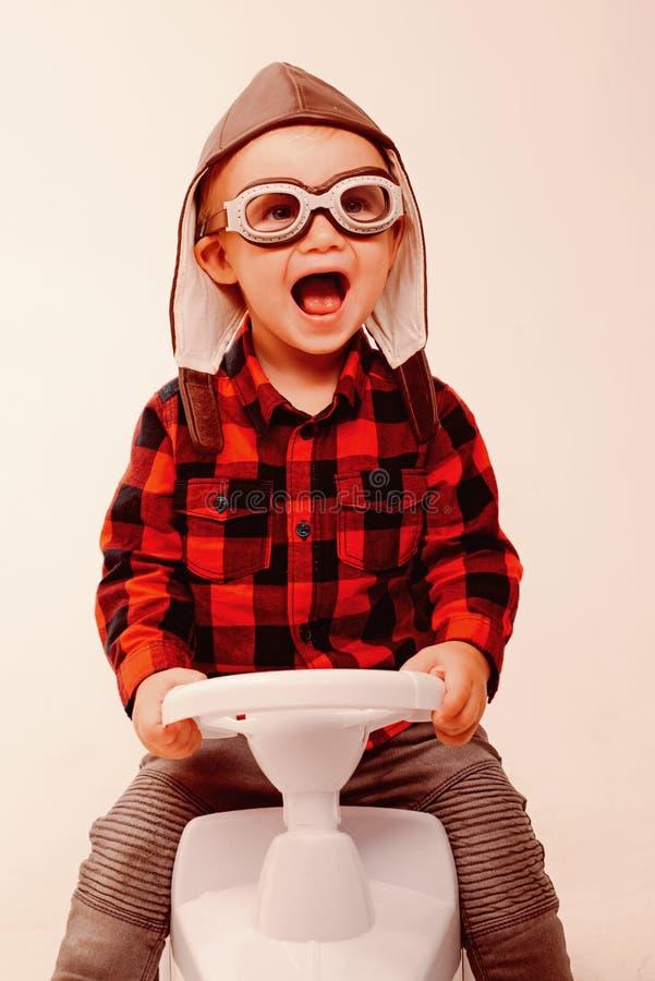 Κοιτάζει ακριβώς όπως τον πραγματικό Το μικρό μικρό παιδί χτίζει τις δεξιότητες ισορροπίας και μηχανών Λίγο μωρό απολαμβάνει μέσα στοκ εικόνες
