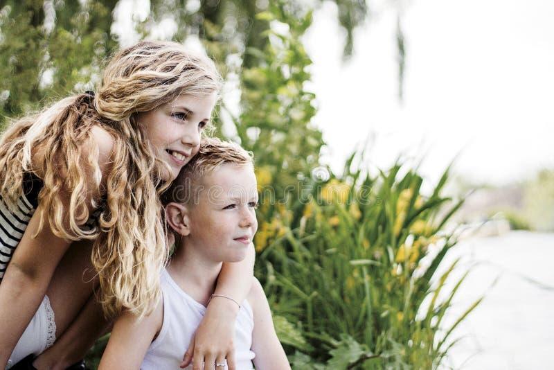 Κοιτάζοντας επίμονα αγόρι και κορίτσι στοκ φωτογραφίες