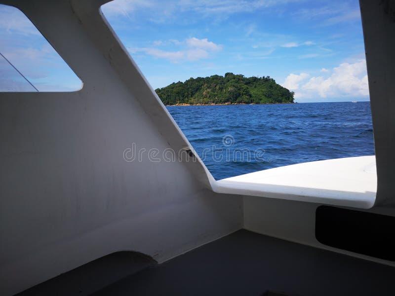 Κοιτάζοντας κατευθείαν έξω από την πόρτα εξόδων της βάρκας κατάδυσης προς το πάρκο Tunku Abdul Rahman, Kota Kinabalu Sabah, Μαλαι στοκ φωτογραφίες με δικαίωμα ελεύθερης χρήσης