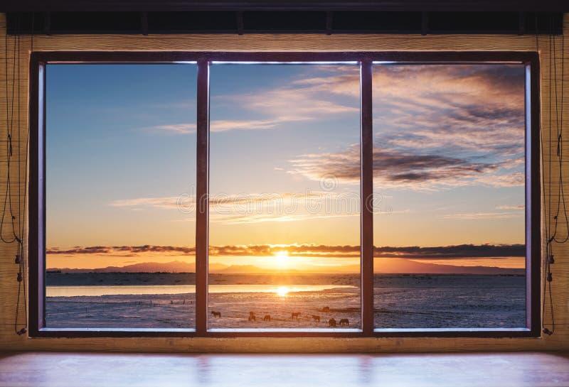 Κοιτάζοντας μέσω του παραθύρου στην ανατολή πρωινού, ξύλινο πλαίσιο παραθύρων με το γραφείο στοκ εικόνες με δικαίωμα ελεύθερης χρήσης