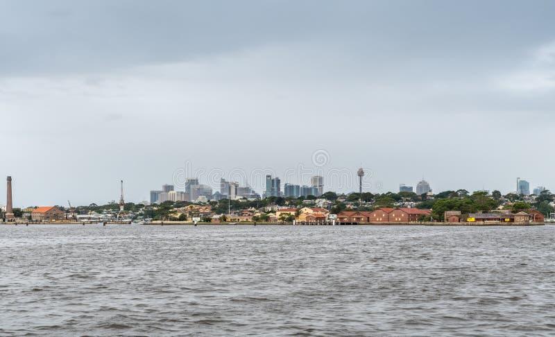 Κοιτάζοντας προς το στο κέντρο της πόλης Σίδνεϊ από τον ποταμό Parramatta, Αυστραλία στοκ εικόνες