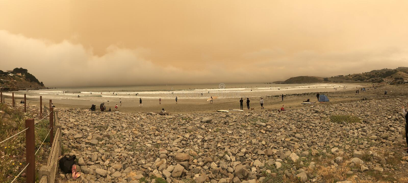 Κοιτάξτε είναι τα κόκκινα σύννεφα ήλιων από τις άγριες πυρκαγιές Καλιφόρνιας στοκ φωτογραφία με δικαίωμα ελεύθερης χρήσης