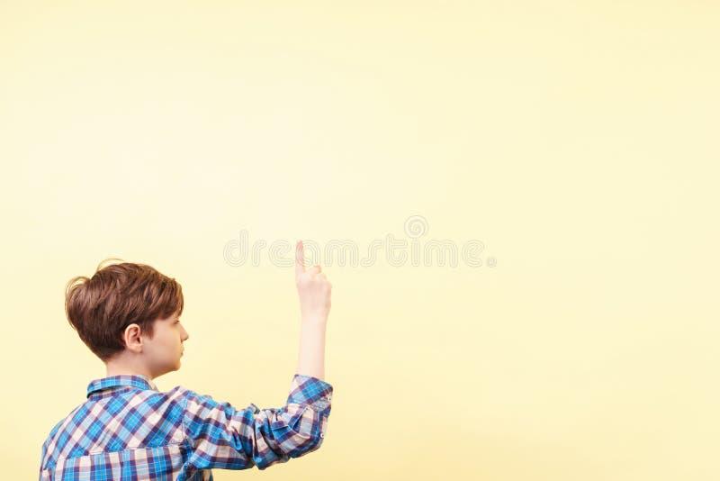Κοιτάξτε εκεί αγόρι που δείχνει προς τα πάνω με το αντίχειρα στοκ φωτογραφία με δικαίωμα ελεύθερης χρήσης