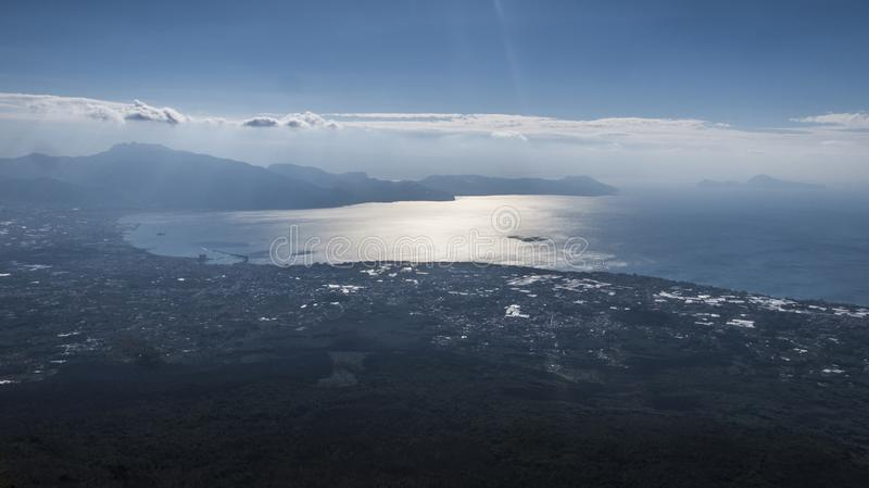Κοιτάξτε πέρα από τον κόλπο Σορέντο & τον κόλπο Napoli από το Βεζούβιο στοκ φωτογραφία με δικαίωμα ελεύθερης χρήσης