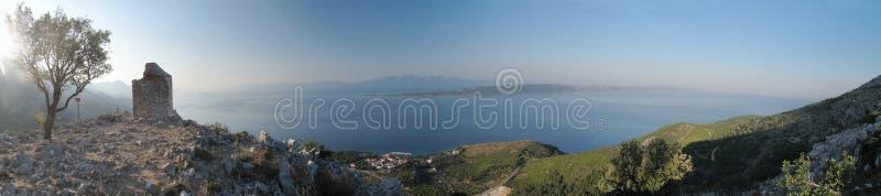 Κοιτάξτε στην αδριατική θάλασσα από το SV. Petar - καταστροφές λίγου παρεκκλησιού - επάνω από Zivogosce στην Κροατία στοκ εικόνες με δικαίωμα ελεύθερης χρήσης