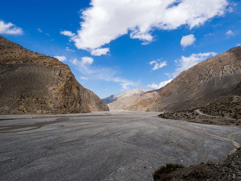 Κοιλάδα βουνών βράχου και ποταμός λάσπης με το μπλε ουρανό στοκ φωτογραφία με δικαίωμα ελεύθερης χρήσης