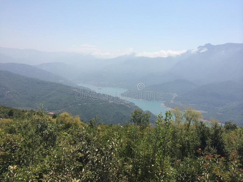 Κοιλάδα βουνών ποταμών το καλοκαίρι στοκ φωτογραφίες