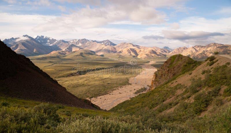 Κοιλάδα και βουνά της σειράς της Αλάσκας Denali στοκ φωτογραφίες