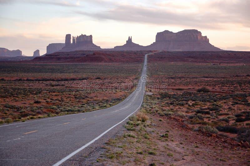 Κοιλάδα μνημείων, εθνική οδός 163, Γιούτα, που εξισώνει την ηλιοφάνεια στοκ εικόνες με δικαίωμα ελεύθερης χρήσης