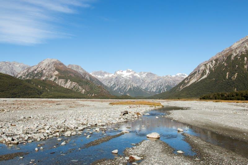 Κοιλάδα του ποταμού βουνών στοκ φωτογραφία με δικαίωμα ελεύθερης χρήσης