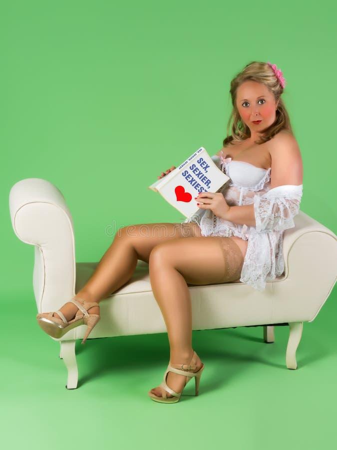 Κοκκινίζοντας pinup κορίτσι στοκ φωτογραφία με δικαίωμα ελεύθερης χρήσης