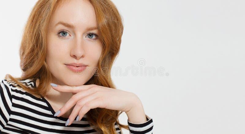 Κοκκινομάλλες κορίτσι με το στενό επάνω μακρο πρόσωπο που απομονώνεται στο άσπρο υπόβαθρο r Κανένας αποτελέστε την έννοια Redhead στοκ φωτογραφία με δικαίωμα ελεύθερης χρήσης