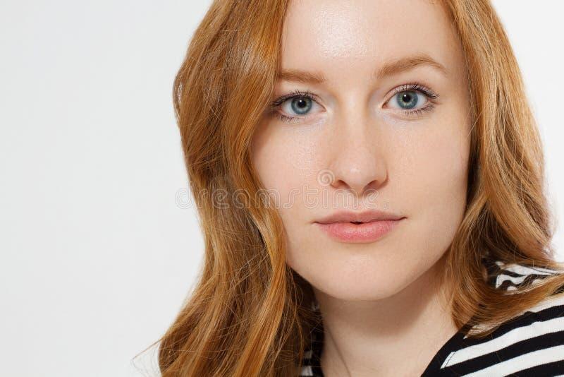 Κοκκινομάλλες κορίτσι με το στενό επάνω μακρο πρόσωπο που απομονώνεται στο άσπρο υπόβαθρο r Κανένας αποτελέστε την έννοια Redhead στοκ φωτογραφίες με δικαίωμα ελεύθερης χρήσης