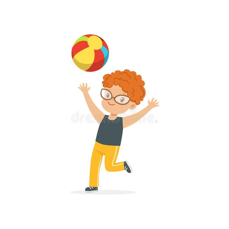 Κοκκινομάλλες παιχνίδι παιδάκι με τη ζωηρόχρωμη λαστιχένια σφαίρα στην παιδική χαρά παιδικών σταθμών Θερινός υπαίθριος δραστηριότ ελεύθερη απεικόνιση δικαιώματος