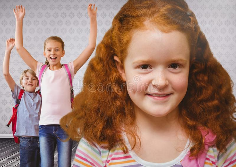 Κοκκινομάλλη κορίτσι και παιδιά στο δωμάτιο στοκ εικόνα με δικαίωμα ελεύθερης χρήσης