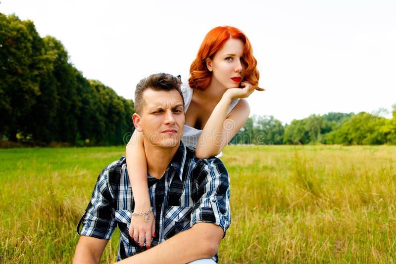 Κοκκινομάλλης γυναίκα με τον άνδρα στοκ φωτογραφία