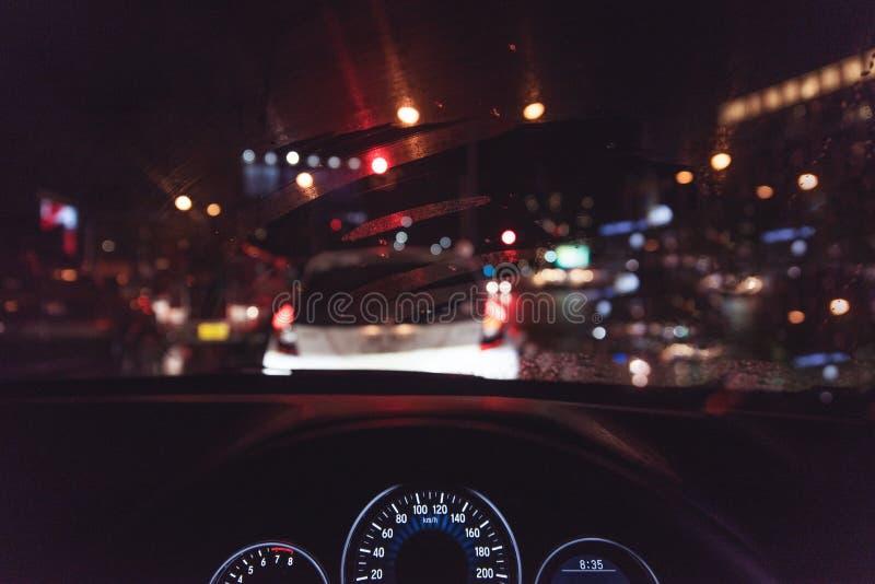 κοκκώδες ύφος της κονσόλας αυτοκινήτων, που περιμένει σε μια κυκλοφοριακή συμφόρηση τη νύχτα W στοκ εικόνες με δικαίωμα ελεύθερης χρήσης
