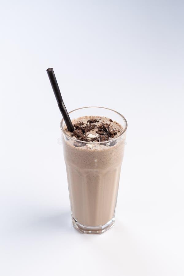 Κοκτέιλ γάλα-σοκολάτας σε ένα ψηλό γυαλί με ένα άχυρο στο άσπρο υπόβαθρο στοκ εικόνες με δικαίωμα ελεύθερης χρήσης