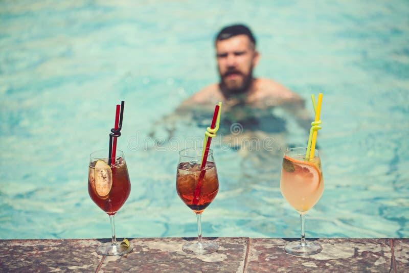 Κοκτέιλ κατανάλωσης ατόμων στην πολυτελή πισίνα στο ξενοδοχείο, τη χαλάρωση και τον τουρισμό στοκ εικόνα