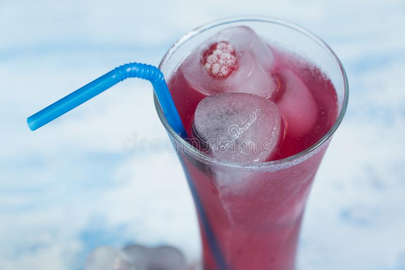 Κοκτέιλ με τον πάγο σμέουρα που παγώνουν στον πάγο στοκ φωτογραφίες με δικαίωμα ελεύθερης χρήσης