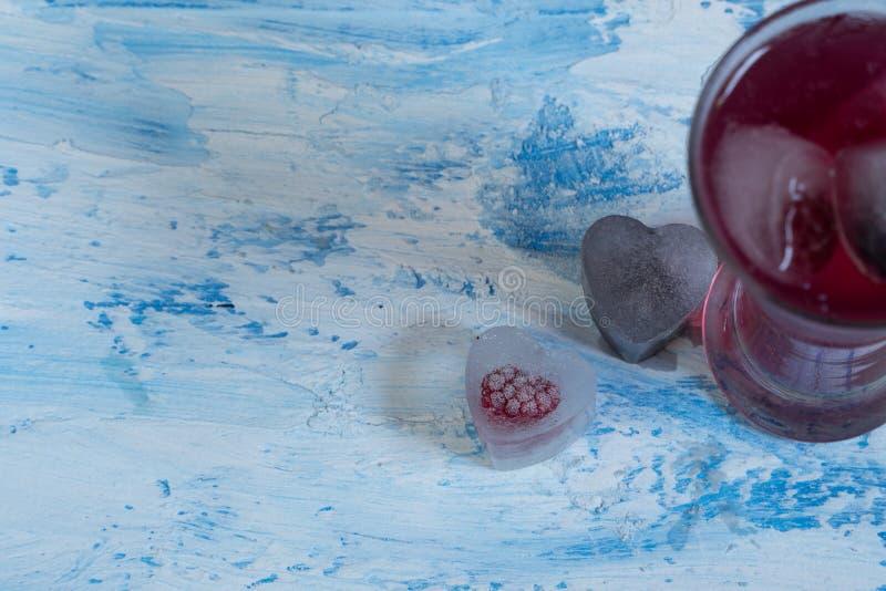Κοκτέιλ με τον πάγο κοκτέιλ φρούτων και μούρων στοκ εικόνα με δικαίωμα ελεύθερης χρήσης