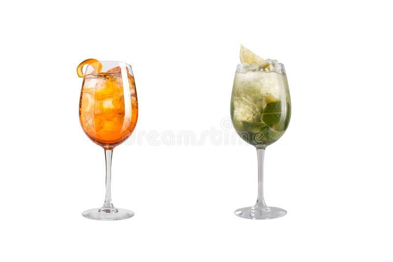 Κοκτέιλ οινοπνεύματος με τη μέντα, τα φρούτα και τα μούρα σε ένα άσπρο υπόβαθρο Ένα σύνολο δύο κοκτέιλ goblets γυαλιού σε ένα μακ στοκ φωτογραφία με δικαίωμα ελεύθερης χρήσης