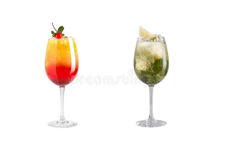 Κοκτέιλ οινοπνεύματος με τη μέντα, τα φρούτα και τα μούρα σε ένα άσπρο υπόβαθρο Ένα σύνολο δύο κοκτέιλ goblets γυαλιού σε ένα μακ στοκ φωτογραφία