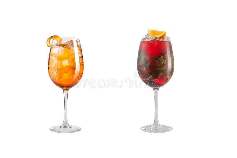 Κοκτέιλ οινοπνεύματος με τη μέντα, τα φρούτα και τα μούρα σε ένα άσπρο υπόβαθρο Ένα σύνολο δύο κοκτέιλ goblets γυαλιού σε ένα μακ στοκ εικόνες